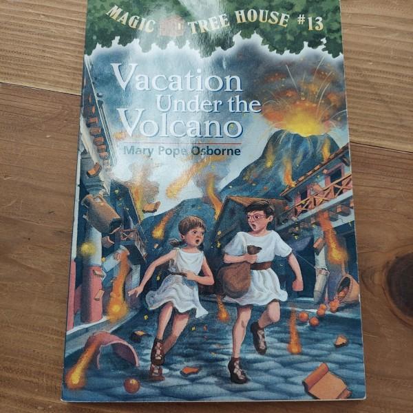 Vacation Under the Volcano [Magic Tree House #13]