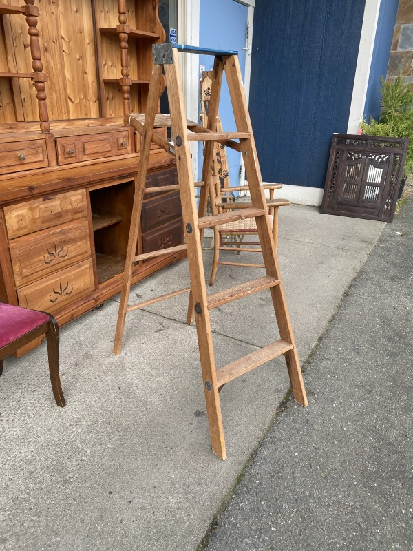 Medium Wood Ladder