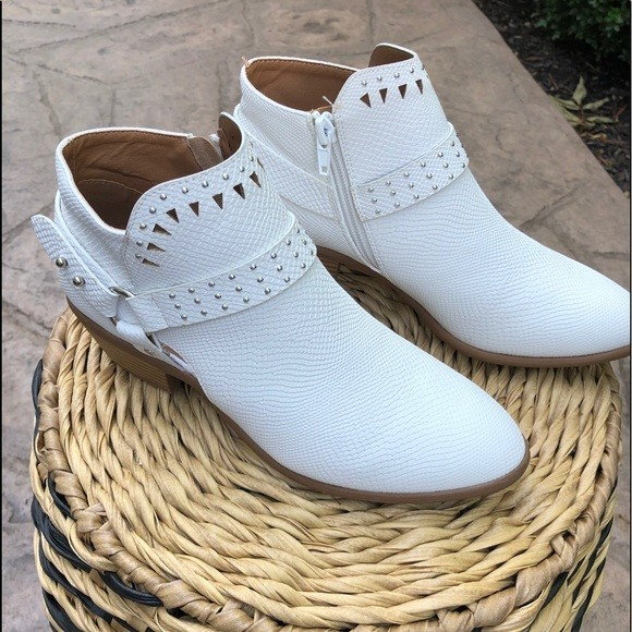 Booties Winter White by Qupid 5.5